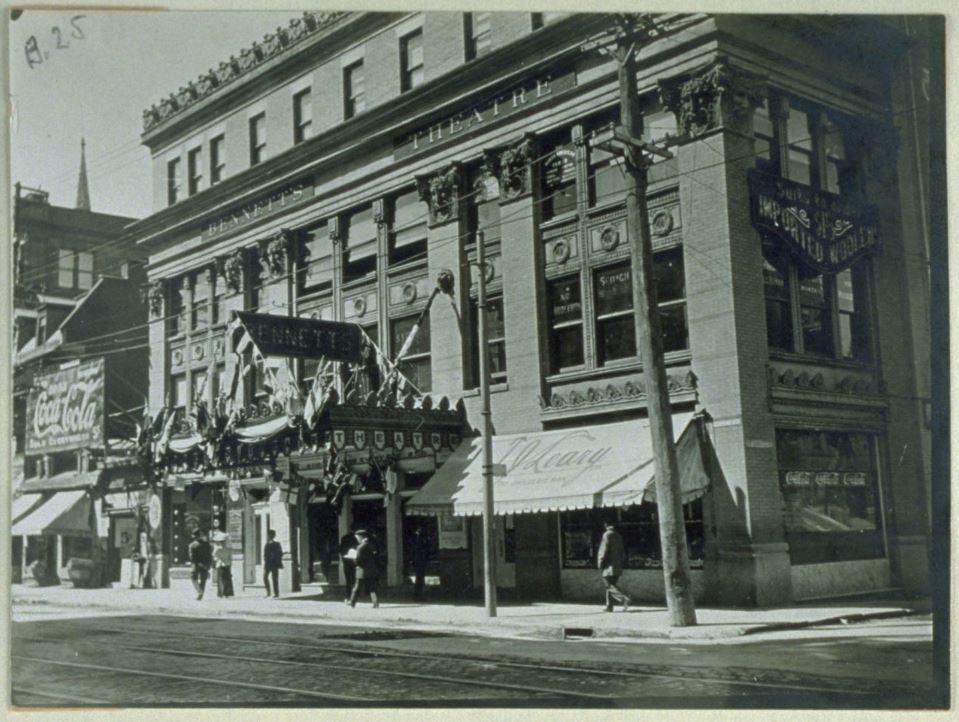 « Théâtre Bennett, plus tard Orpheum », rue Ste-Catherine, vers 1907, « Albums de rues Édouard-Zotique Massicotte », MAS 5-131-b.